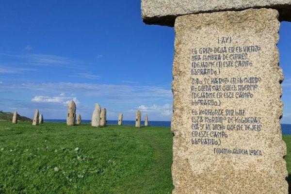 Monumento a los fusilados y menhires